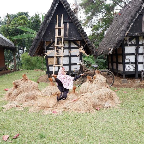 Kenangan Masa Kecil Bangkit di Kampung Budaya Sindang Barang