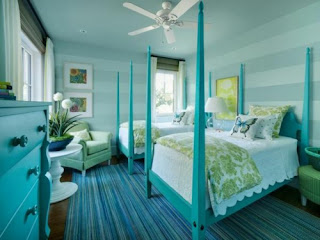 dormitorio blanco con turquesa