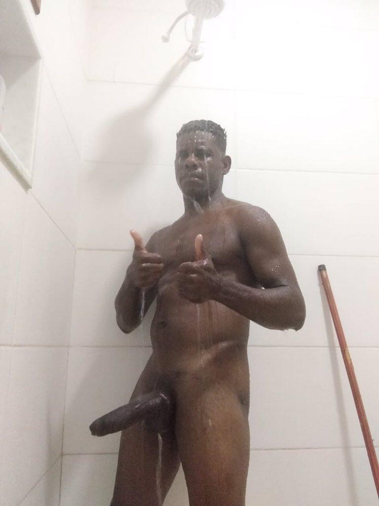 pene negro grande en la ducha