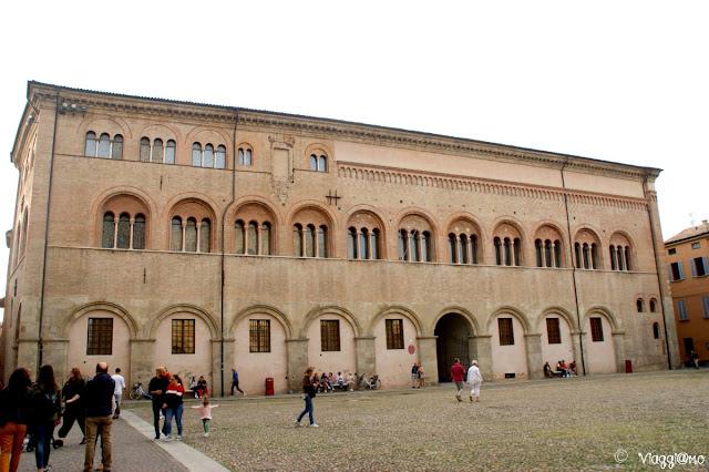 Il Palazzo Vescovile di Parma che si affaccia su Piazza del Duomo