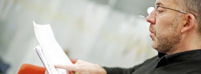 un om citește niște anunțuri - imagine de pe google.com, preluată de pe site-ul teacherspensions.co.uk