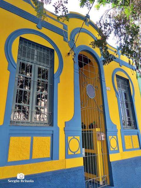 Vista da fachada de uma antiga casa em estilo Art Nouveau na Vila Mariana