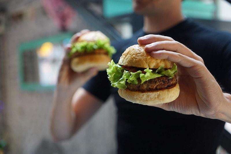 ماذا يحدث مع كثرة تناول الوجبات السريعة، والأطعمة الضارة؟