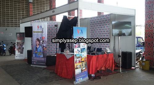 STAND VOA INDONESIA : Inilah stand Voice Of America (VoA) Indonesia yang kut dalam gelaran Fesmed2018 AJI Pontianak yang menarik perhatian saya. Foto Asep Haryono