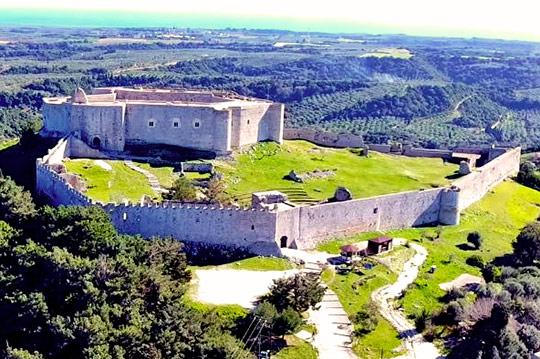 Δικαστική διαμάχη του δήμου Ανδραβίδας – Κυλλήνης και της Εφορείας Αρχαιοτήτων Ηλείας για την επιγραφή στο Κάστρο