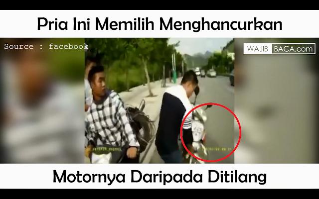 Bikin Melongo! Pria Ini Memilih Menghancurkan Motornya Sendiri Daripada Ditilang
