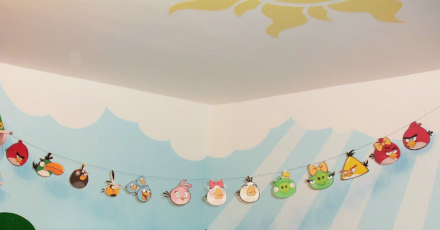 Our homemade DIY ANGRY BIRDS Garland in the girls' ANGRY BIRDS Game inspired playroom