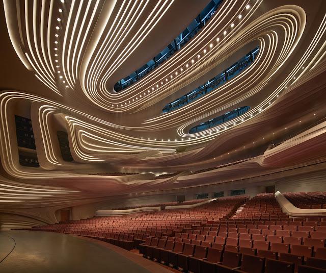 Trần ánh sáng uốn lượn của nhà hát