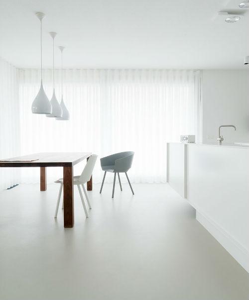 Weiße Wände, weißer Fußboden, weiße Küchenfront - diese Küche strahlt vor Helligkeit