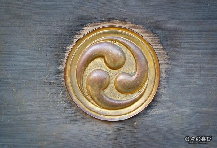 symbole doré gravé sur bois, sanctuaire Iwashimizu Hachiman-gû, Yawata