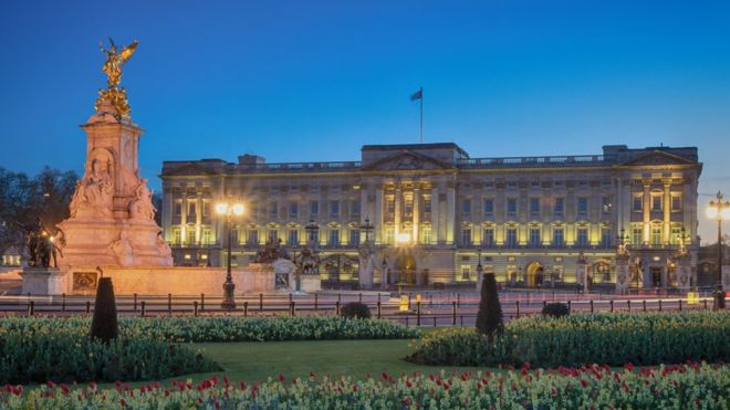 Intruder breaks into Buckingham Palace while Queen Elizabeth was sleeping
