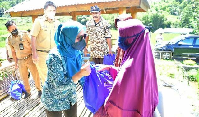 Bagikan Bantuan Paket Sembako,  Andi Nurhilda Prihatin Kondisi Warga