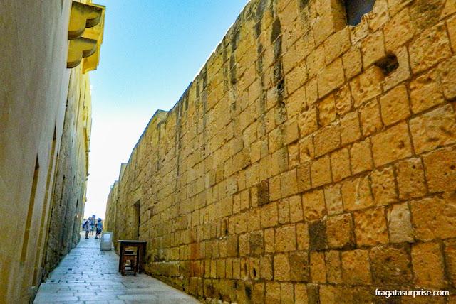 Herança dos Cruzados em Malta: uma rua da Cittadella, em Gozo
