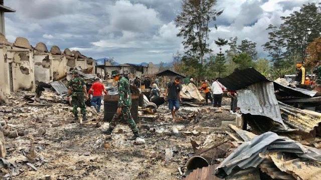TNI Bersama Warga Gotong Royong Bersihkan Puing Setelah Kerusuhan Wamena