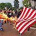 """أمريكيون يحرقون علم بلادهم احتجاجًا على فوز """"ترامب"""""""