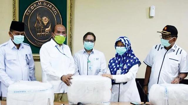Ketua DPRD Sumbar, Supardi menyerahkan bantuan APD ke RSUP M. Djamil, Padang