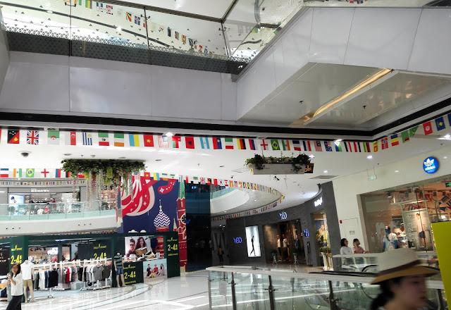 南京の大きなショッピングモール内に飾られた各国の国旗