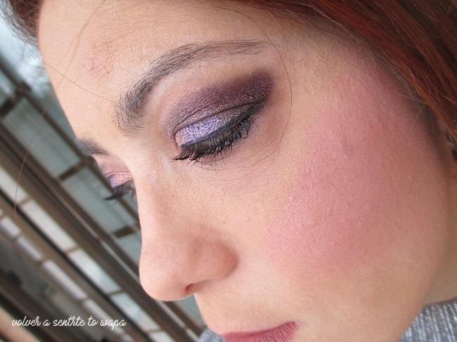 Maquillaje con glitter morado