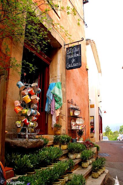 I negozi tipici provenzali del villaggio