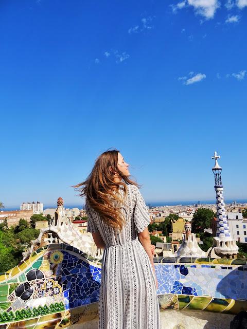 wakacyjna stylizacja, wakacyjny lookbook, outfit, stylizacje, lato 2019, trendy 2019, Barcelona, Park Gaudiego