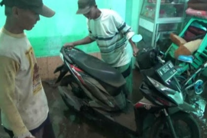 Warga di bantu TNI/ polri bersihkan rumah yang terdampak banjir di Probolinggo