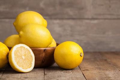 Le jus de citron avec du sel