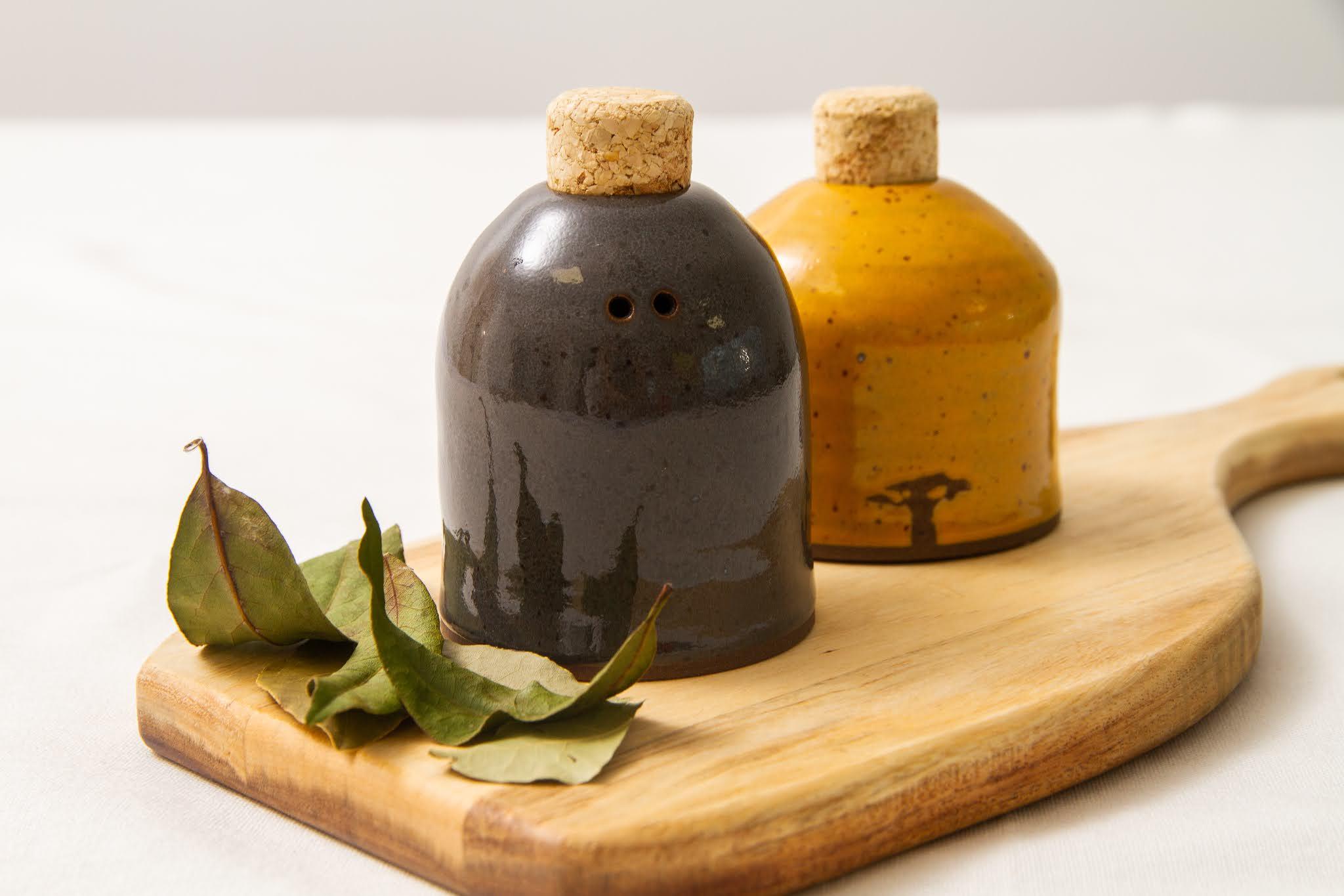 Saleiro e pimenteiro em cerâmica do Fernando Rollim - Cubo de Barro