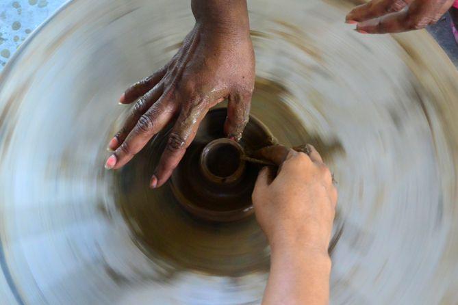 Tangan-tangan membuat karya dari tanah