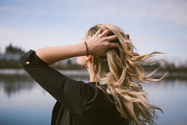 Μικρά μυστικά για όμορφα μαλλιά το καλοκαίρι