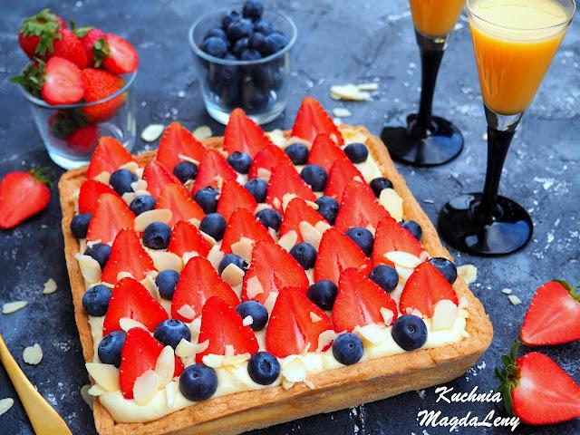 Tarta budyniowa z adwokatem i owocami