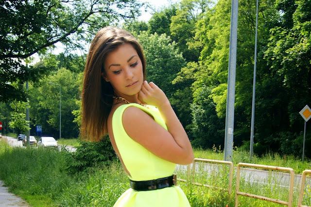Limonkowa sukienka z neoprenu  - Czytaj więcej