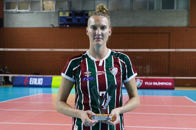 Mari segurando o troféu Viva Vôlei, prêmio de melhor jogadora da partida