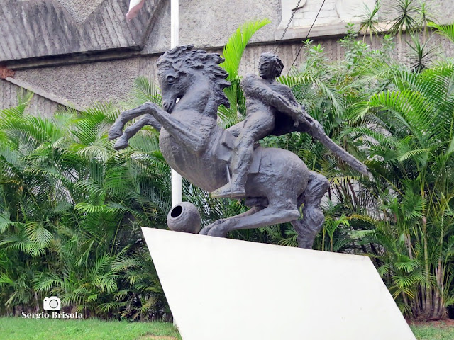 Close-up da Escultura David de Sassoun - Clube Armênio - São Paulo