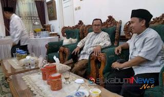 Walikota Sukabumi Achmad Fahmi (duduk paling kanan) berdialog dengan Ketua PPHI (kiri) di Rumah Dinas Walikota, Kamis (29/11/2018)