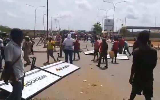 Autoridades colombianas decomisaron efectivo a cambistas en La Raya y estos destrozaron instalaciones