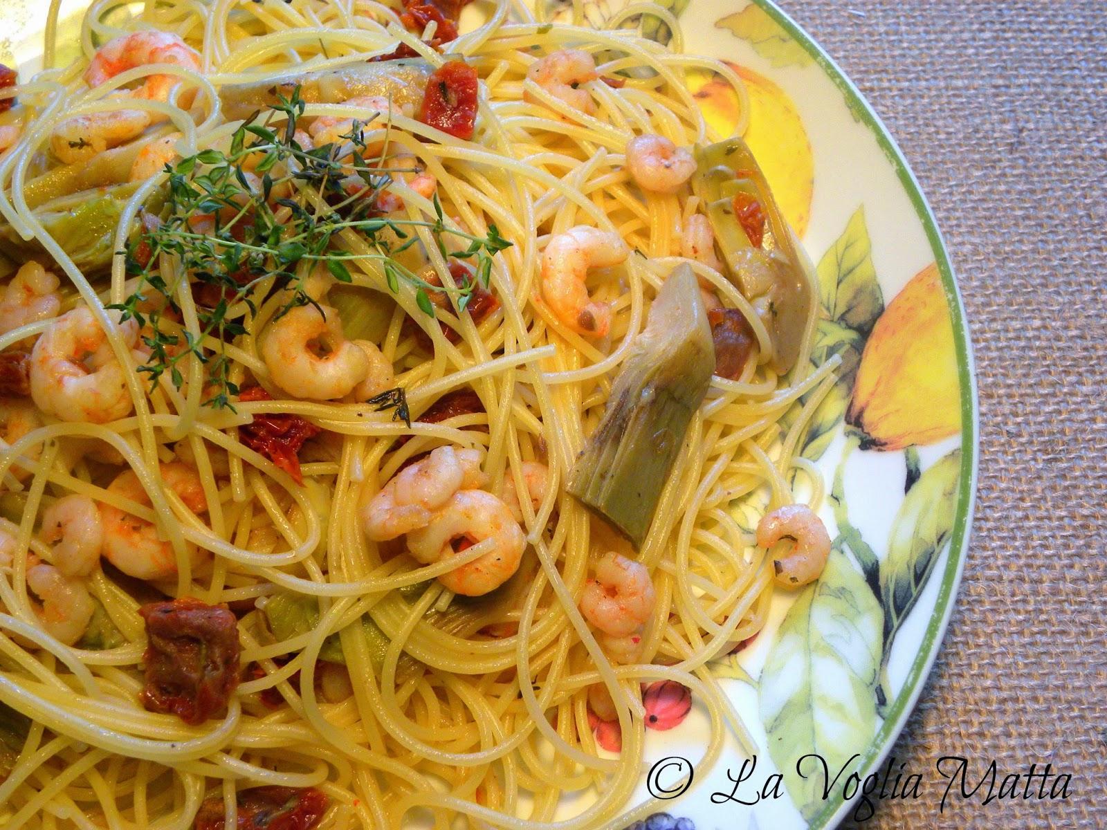 spaghetti con gamberetti, carciofi e pomodori secchi