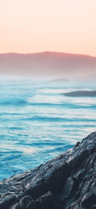 Ocean waves crashing on rocks wallpaper