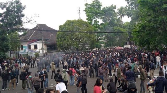 Aksi Tolak Ciptaker di Bandung Diwarnai Bakar Ban dan Pelemparan