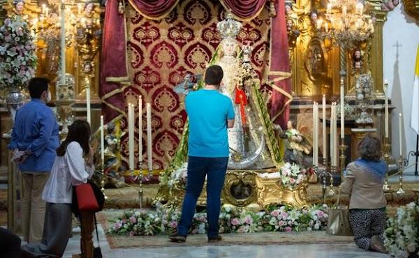 La Virgen del Rosario de Granada a los pies de su retablo dominico