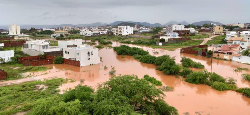 Com mais de 12 horas de chuva, riacho de belém transborda e invadem bairro em Guanambi, confira o vídeo
