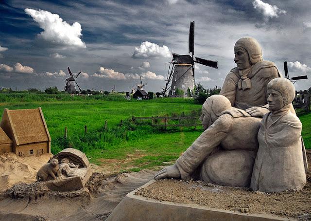 Kinderdijk windmills and sand sculptures. (Photo by Roberto Ruiz)