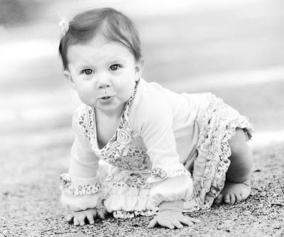 طفلة تحبي جميلة ابيض واسود