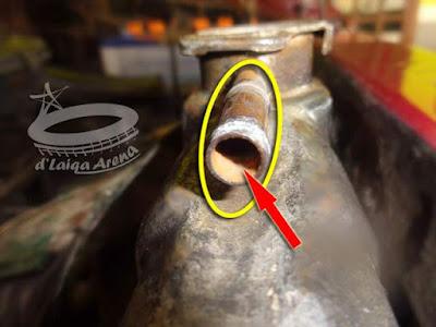 bersihkan mulut tempat selang reservoir di radiator