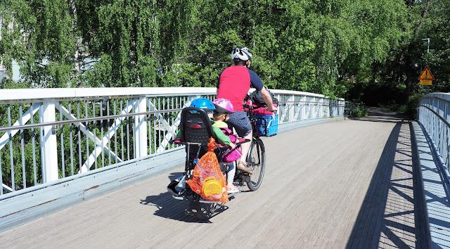 xtracycle, perhepyora, cargo bike, cargo pyora, pitka tarakka, iso pyora, pitkaperainen pyora, kaksi lasta pyoran kyytiin, pyoraily helsingissa, kesapyora, pyoraretki, lapset pyoran kyydissa, hiekkalelut, lasten pyorailykyparat