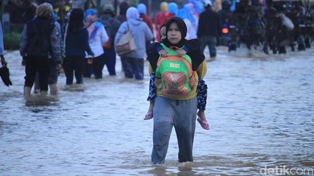 Air Masih Genangi Dayeuhkolot, Warga: Ini Gimana Pak Gubernur Banjir Terus