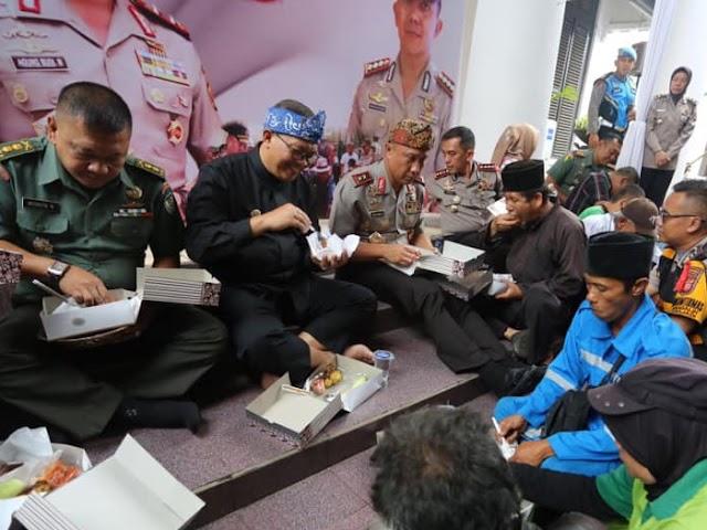 Suasana Kebersamaan Acara Ngabotram di Halaman Mapolrestabes Bandung