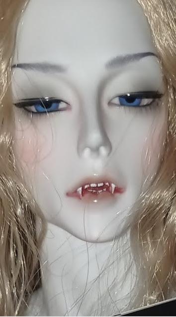 Wampir ma cudowne, niebieskie oczy i piękną twarz, niesamowite zęby