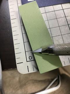 デザインナイフを砥石で砥ぐ様子