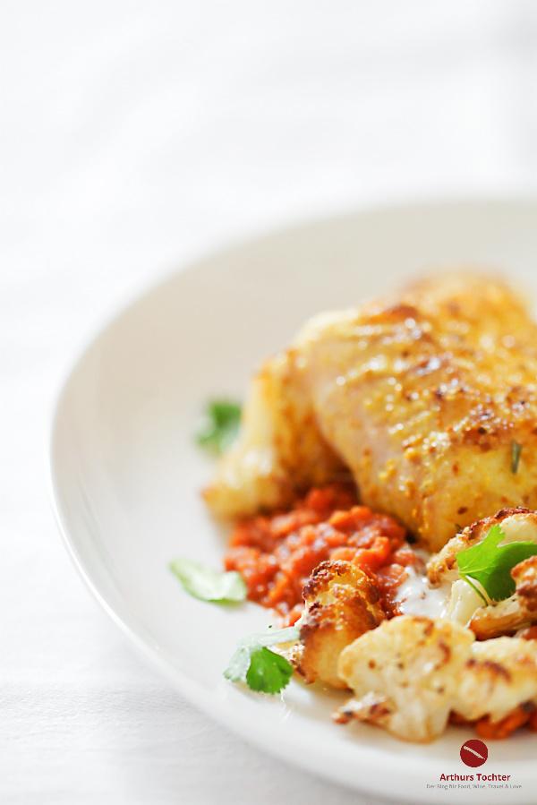 Ein Rezept für das reinste Fischgerichtgedicht! Denn ein Gedicht ist er wirklich, dieser so sanft wie köstlich gebratene Rücken (Loin) vom Kabeljau (oder Skrei) auf knackig gegarten Roten Linsen mit geröstetem Blumenkohl aus dem Ofen. Eine frische Note geben der fette Joghurt und zartes Koriandergrün #fisch #kabeljau #skrei #lofoten #norwegen #saison #braten #linsen #hülsenfrüchte #rote #koriander #kräuter #blumenkohl #kohl #rezept #einfach #braten #backofen #erbsen #joghurt #loin #kichererbsen #ottolenghi #küche #kochen #foodblog #arturstochter #foodstyling