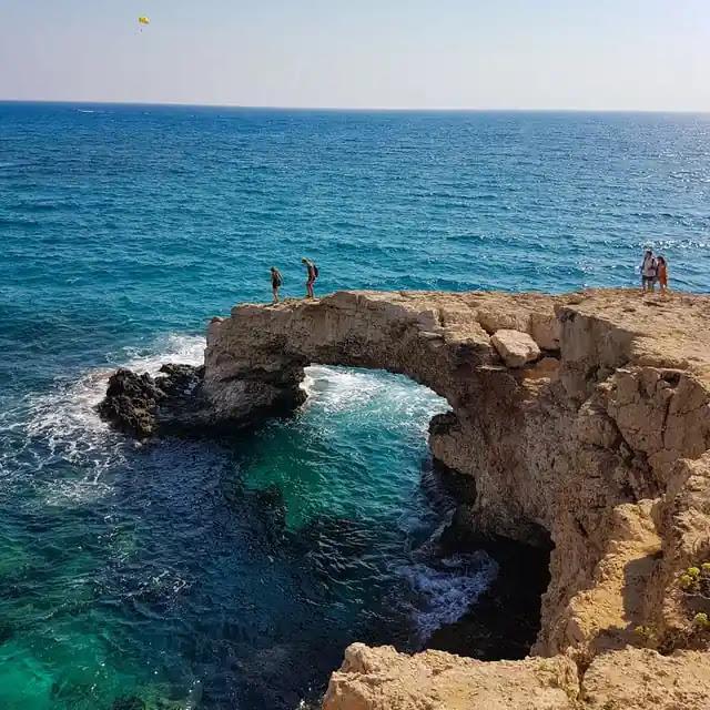 aprende ingles playa acantilado en el mar turistas